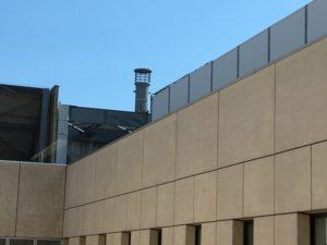 11号館(商学・国際学術院)の屋上にある煙突