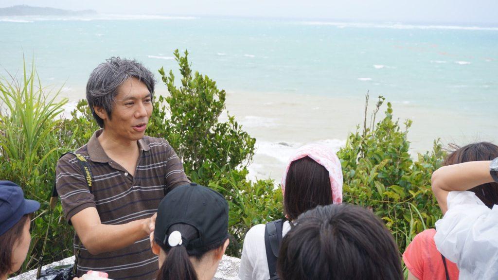 辺野古の基地建設について話をしてくれた阿部岳記者(写真左)
