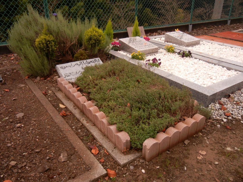清水霊園イスラーム墓地内の大人用のお墓=2017年11月20日、筆者撮影