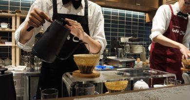 一杯ずつハンドドリップでコーヒーを抽出している