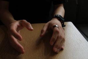同志社大への留学を経験した久保田寛大さん。本人の希望で、手元のみを撮影した。