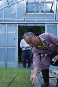 玉ねぎの苗について優しく説明してくれた渡辺さん(2018年9月11日撮影)