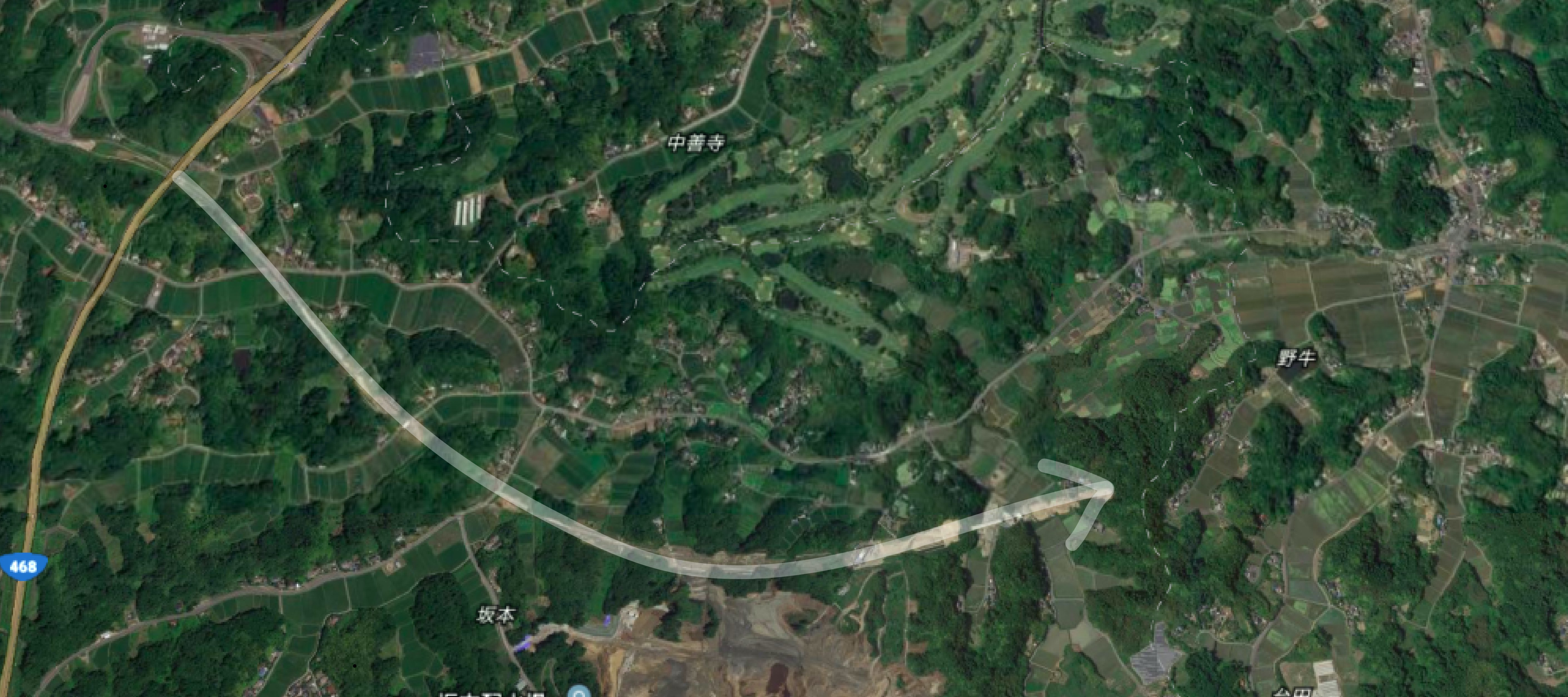 建設中の長生グリーンライン 左がグリーンラインの始発の長南町。写真からは見えないが、矢印右上には茂原市街地が広がっている(Google Earthより筆者作成)