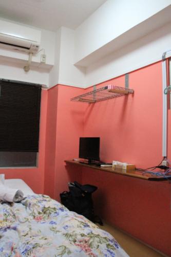 「ホテル共栄」の一室。インターネットで予約をうけず、電話のみで入室できる