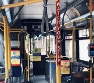 自粛が本格化した後のバンクーバー市内のバス。車内には運転手以外の人の姿は見られない(2020年6月17日、尾本幸太郎さん撮影)