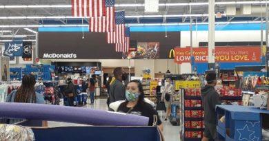 5月中旬のロサンゼルス市内のスーパーの様子。利用客はマスクを着用している。(杉本さん提供)