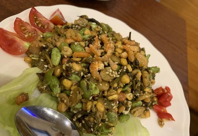 お茶の葉サラダ。お茶の葉と豆類の食感が独特。