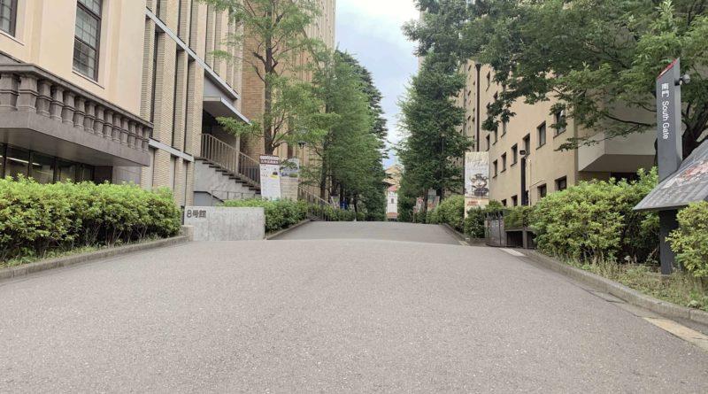日本国内にコロナ禍が吹き荒れている。私たち早大生のまち、早稲田も例外ではない。大学がオンラン授業となり、早稲田大学周辺の飲食店は、「学生が消えた学生街」としてニュースなどに取り上げられることも多かった。早大生は実際にどのような生活をしていたのだろうか。早稲田に人がいないというのは本当だったのだろうか。8つのサークルを対象に今年6月30日~7月7日に実施したアンケート調査の結果などをもとに、その実情に迫ってみた。(アンケート・記事・図・写真=牧野天稀)  トップの写真は早稲田大学南門からの様子。門は閉じられており構内には誰もいない。2020年7月11日撮影。