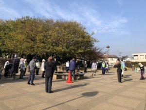 写真7 立野公園管理委員会全体会の様子(著者撮影) 一人一人距離を保ちながら、活動開始前に作業の確認を行っている