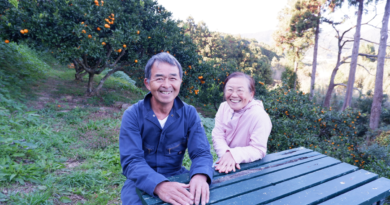 みかん園にて話を聞いた移住者の高橋稔さん(左)と真里子さん(右)