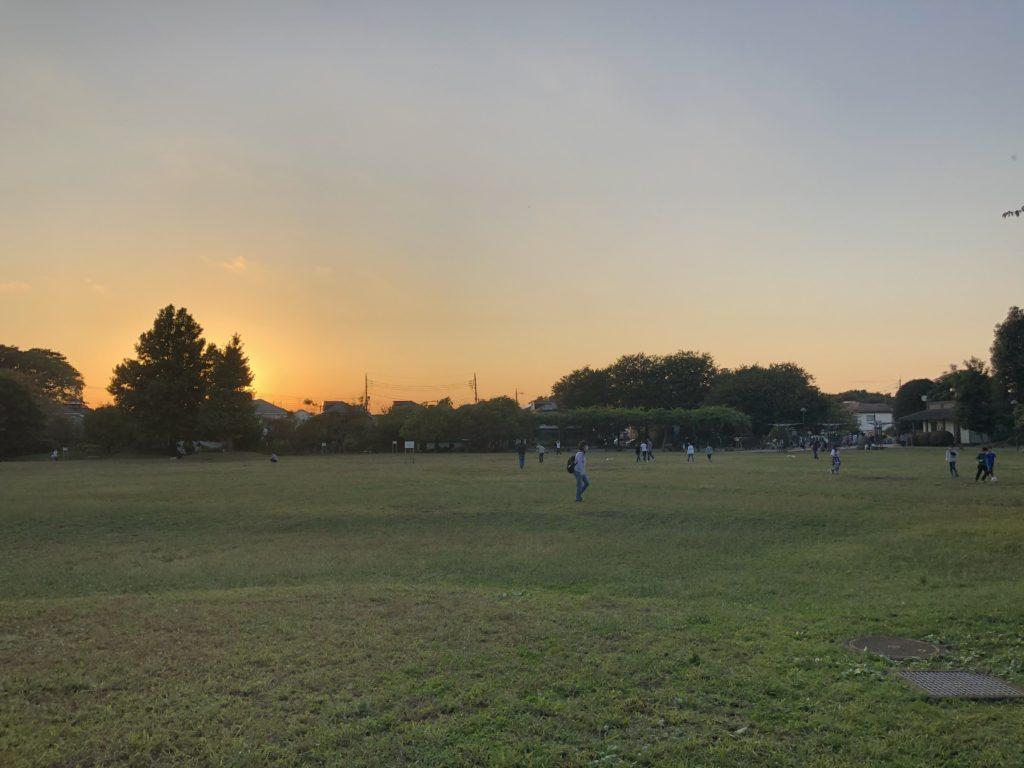 写真9 夕暮れ時の立野公園の広場(著者撮影)