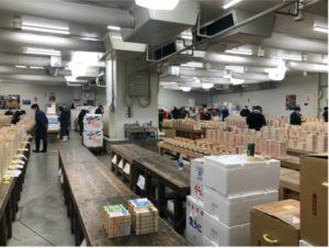 豊洲市場のウニの冷蔵庫、仲卸がセリに備えて目利きでウニの下見をしている。
