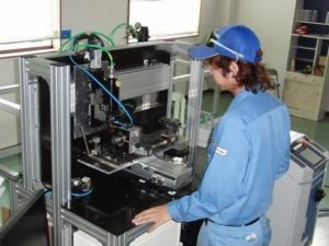 レーザー加工機。上が標準設備で、下が小型設備 (提供:武州工業)