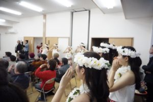 「フラガール~虹を」を踊る居住者と学生フラガール(撮影:荻野結衣)