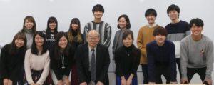 笠井千晶さんを囲んでの集合写真=2019年12月20日、新田佑華撮影