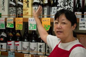 蔵元直送のお酒の説明をする古川さん