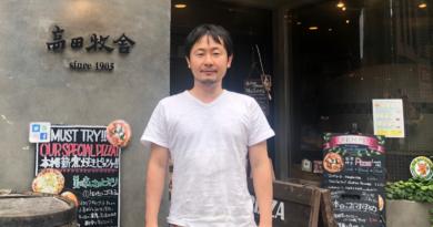「Pizzeria TAKATA BOKUSYA」の前で、4代目店主・藤田智紀さん