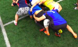 ICUラグビー部の練習で自らスクラムに加わり技術をコーチングする井坂さん=写真左上が井坂さん=井坂さん提供