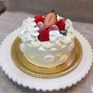 Anniversaryのデコレーションケーキ。ウェディングケーキの技術を活かしている