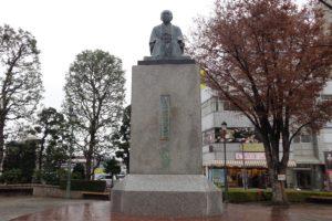写真1 深谷駅北口に鎮座する渋沢栄一像(著者撮影)