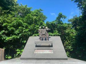 「沖縄師範健児之搭」のそばに建てられた「平和の像」。3人の学徒が友情・師弟愛・永遠の平和を表わしている。近くに男子学徒が命を落としたガマと納骨堂がある=糸満市