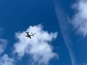 普天間基地近くの嘉数高台公園の上空を飛ぶオスプレイ=宜野湾市