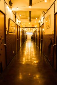 ヨコハマホステルヴィレッジの廊下。無機質でなく、明るい。