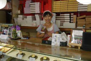 写真5 笑顔が素敵な浜岡屋の若女将・岡部深雪さん(著者撮影)