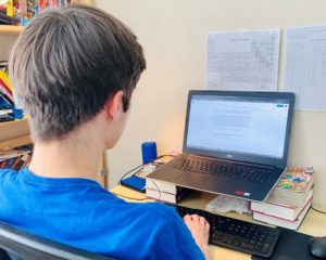 7月上旬にパソコンを使う息子さん(長男)の様子。グレンダさんの学区では、授業は非同時性で行われ、決められた期日までに課題を提出するという形式であった。  =グレンダ由利子さん提供