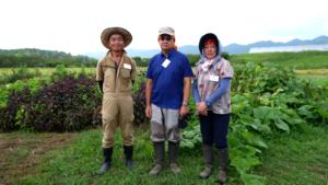 取材した宮川聰さん(中央)と奥さんの宏子さん(右)。高橋稔さん(左)とはこのかもくらで知り合った。