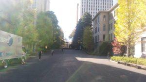 2020年11月4日、12時過ぎの早稲田キャンパスの様子。週末に早稲田祭の開催を控えているが、学生の姿はまばらであった。