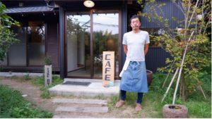 工藤統さんと、経営するカフェ「KOZUKA513」のエントランス。大山千枚田へ車で5分少々の場所にある。
