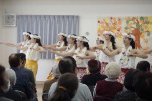 フラダンスを披露する早稲田大学ハワイ民族舞踊研究会(撮影:荻野結衣)